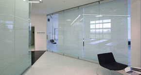 Photo All-glass sliding partitions NAYADA SmartWall G5
