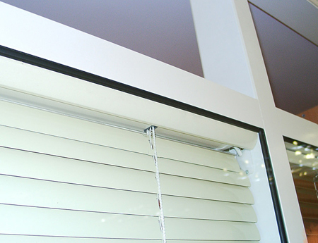 Venetian blind fastening with the case