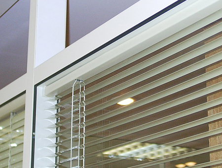 Venetian blind fastening without the case
