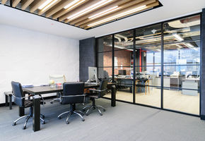 Impressive design of the Quadro production partitions and doors: NAYADA for the Amaks office
